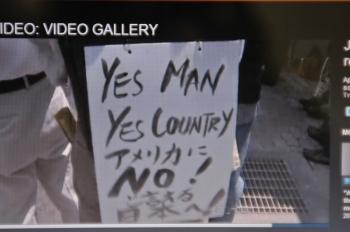 Tevê NHK mostra cartaz de protesto em Okinawa