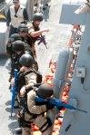 """CONTRADIÇÃO: Golfo de Aden (Mar da Arábia). Setembro de 2012. Treinamento anti-pirataria realizado em visita combinada entre marinheiros do destroyer US Winston S. Churchill e da fragrata Yi Yang da Marinha Chinesa do """"Exército de Libertação do Povo"""" (PLA). Segundo a descrição da foto no Wiki Commons, """"o foco do exercício era a cooperação entre as marinhas chinesas e americanas em detector, embarcar e procurar por embarcações piratas. (U.S. Navy photo by Mass Communication Specialist 2nd Class Aaron Chase)"""